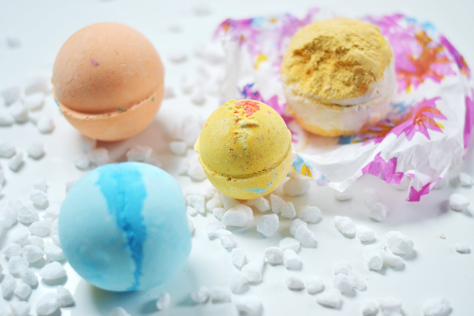 Lush bath bombs collection, Frozen, yog nog, yoga bath bomb, cinders, anti-stress, fashion blogger, review, belgian, belgische blogger, mode blogger, trends, best, top 10