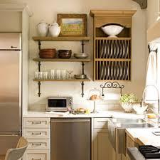 cucina con mensole in verticale immagine