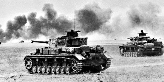Alemán Pz. IV (primer plano) y Pz. III (fondo) tanques, 1942.