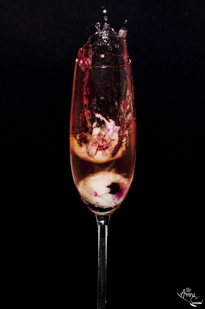 Prosecco mit Holunderblüten-Sirup und einem Splash