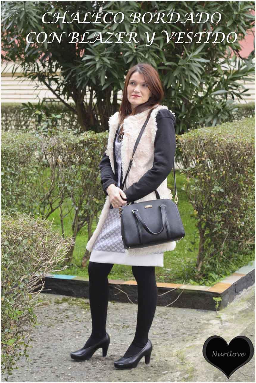 Chaleco largo beige bordado ideal, combinado con una blazer y un vestido