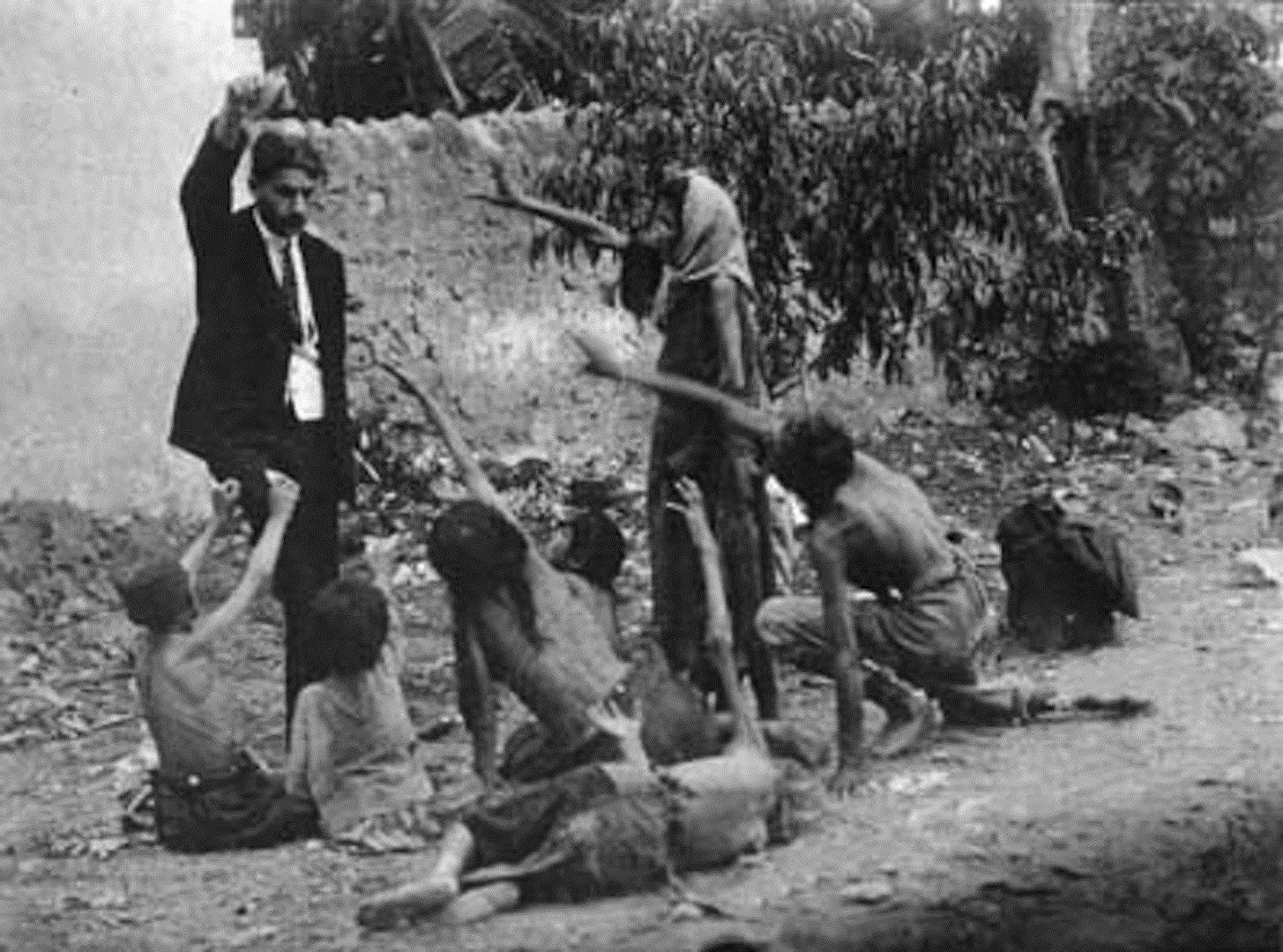 Burlas turcas oficiales mataron a niños armenios mostrando pan durante el Genocidio armenio, 1915