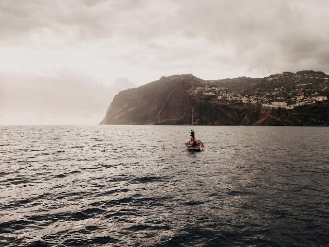 Łódź u wybrzeży Madery.