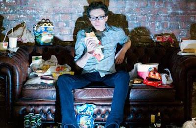 30 dias comendo apenas alimentos anunciados na TV: eis o desafio de Tom Lamont