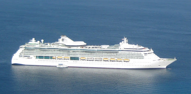 Die Jewel of the Seas vor Grand Cayman -  vom Helikopter aus fotografiert