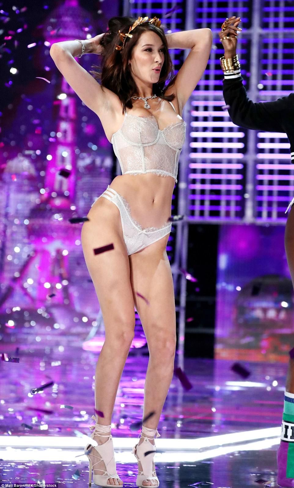 Bella Hadid Handled a Wardrobe Malfunction Like a Pro