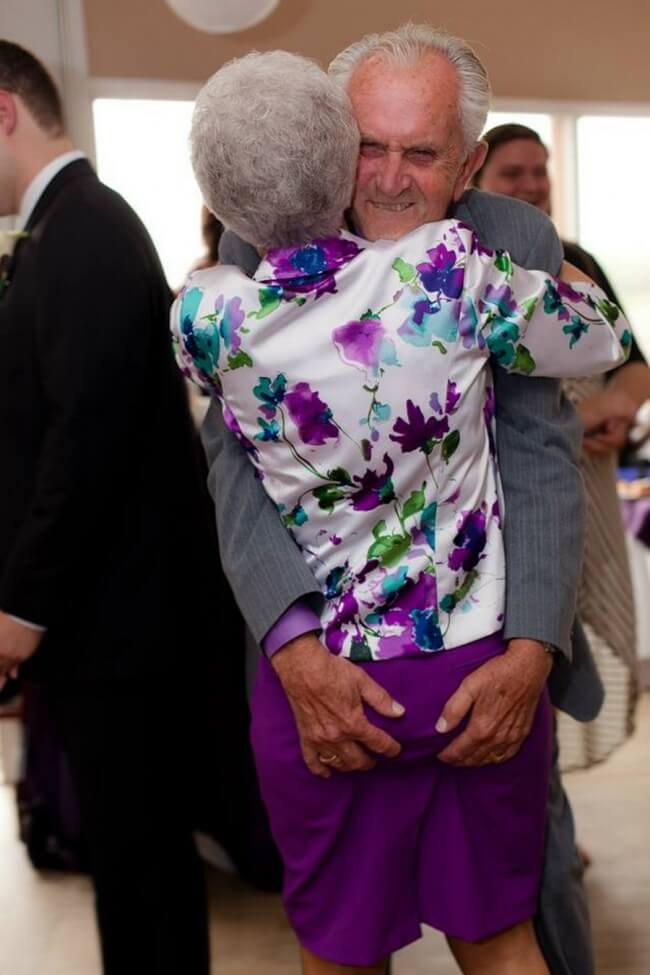 20 Exhilarating Images That Show Love Has No Age Limits - Hug each other tightly