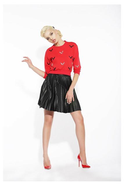 Saia Godê Plissada Preta com Blusa Vermelha e Sapato Vermelho
