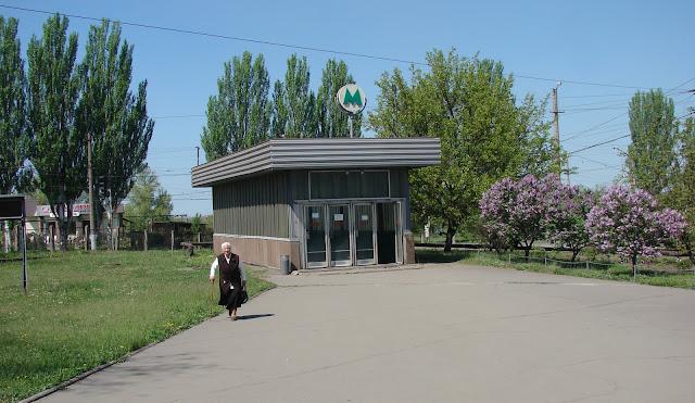 """Подземный переход на наземную станцию """"Кольцевая"""". Буква """"М"""" означает """"Метротрам""""."""