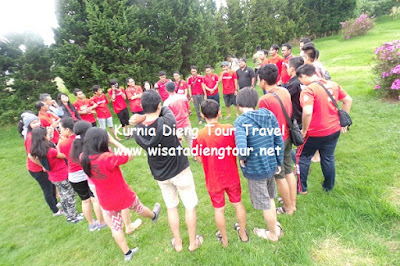 serunya outbound di candi dieng