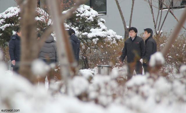 Oficinistas coreanos fumando entre la nieve