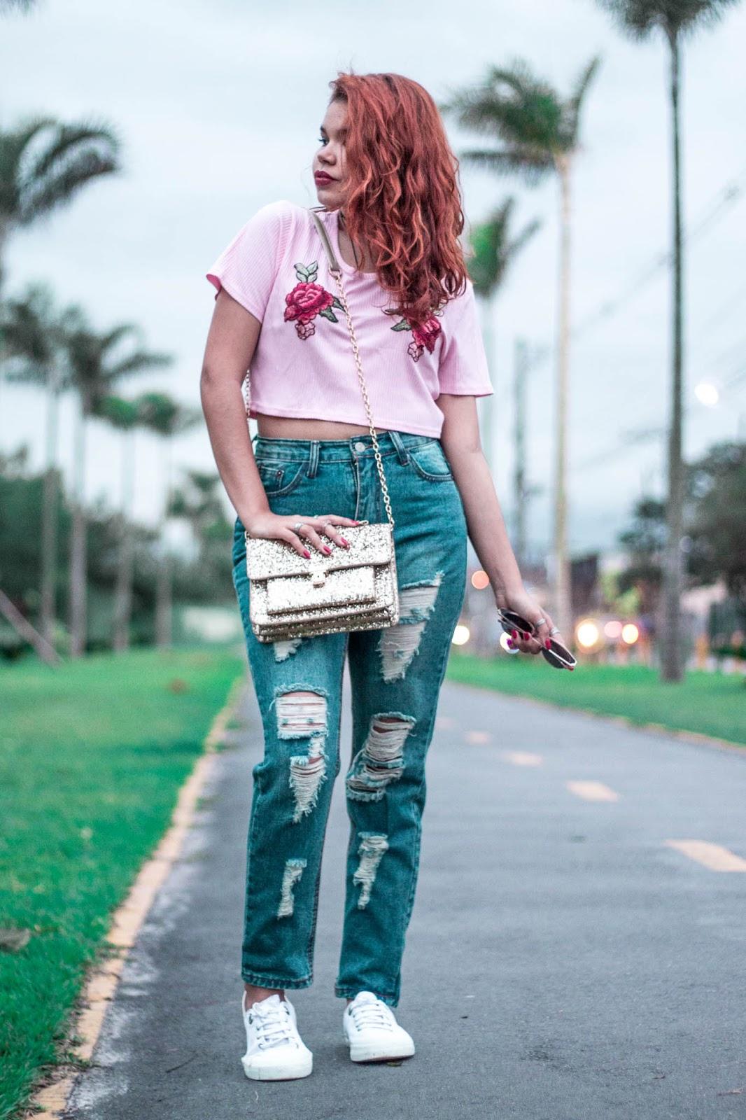 look casual, look urbano, look dia a dia, cropped rosa com bordado de flor, look jeans rasgado,look calça jeans tenis branco, bolsa glitter, look peças da china, ingrid gleize, ruiva, ondulada