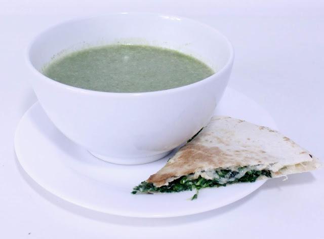 Zupa szpinakowa i tortilla z jarmużem