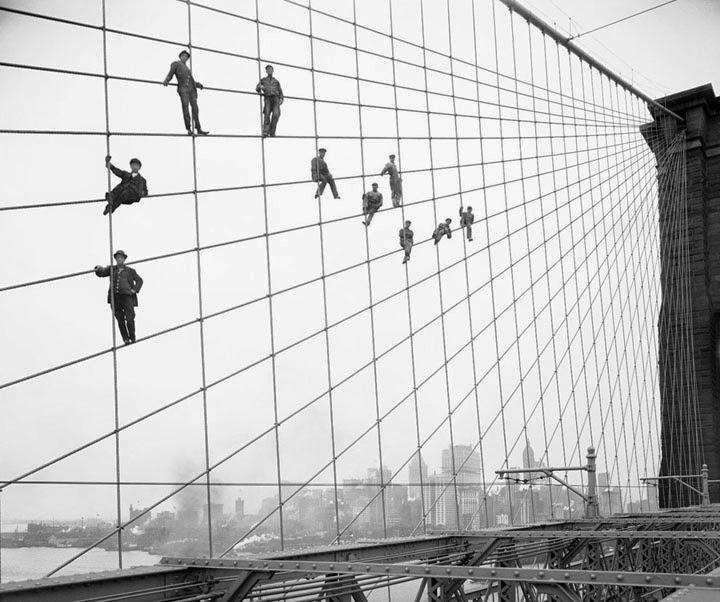 Pintores en el entramado del puente de Brooklyn, 1910