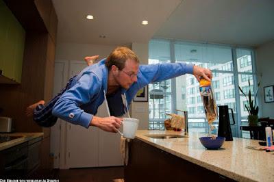 Lustiges Bild - Mann am Morgen mit Kaffee in der Küche