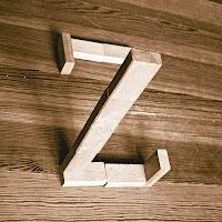 Takozlardan yapılmış Z harfi