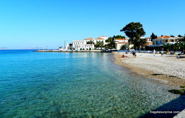 Praia de Scholi, a melhor da ilha grega de Spétses, no Arquipélago Argo-Sarônico