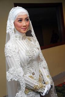 Desy Ratnasari Politis cantik pakai Jilbab BArus saja menikah dan menjanda