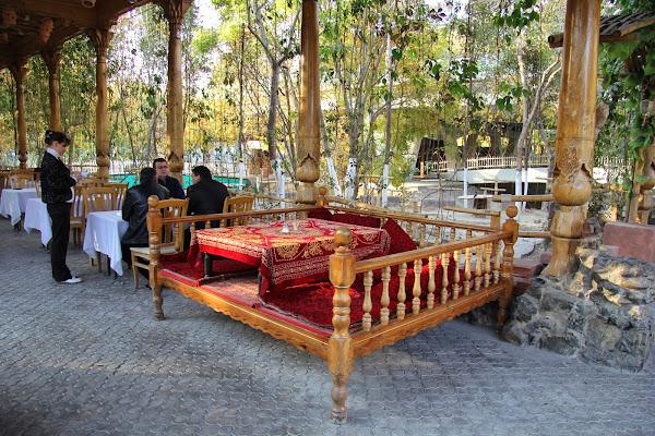Ouzbékistan, Tachkent, chaïkhana Iwan, tapshan, tapchane, © L. Gigout, 2012