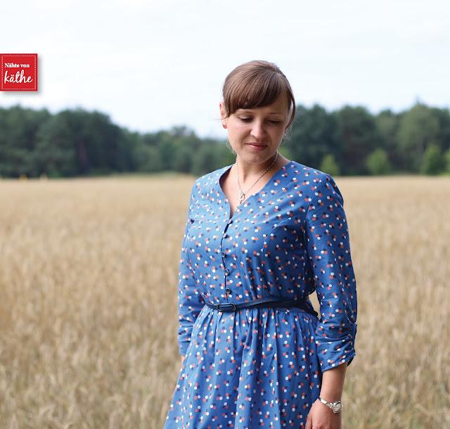 Irenes Kleid von Lotte & Ludwig, Brush-Drops in blau von Lila-Lotta, erhältlich bei Swafing-Fachändlern