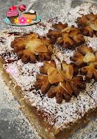 Weiße Linzertorte mit Keksdekoration