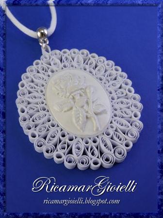 Ciondolo in quilling con cammeo centrale decorato con una rosa