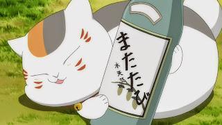 Pijany Nyanko-sensei obejmujący butelkę