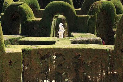 Estatua de Eros en el Centro del Laberinto