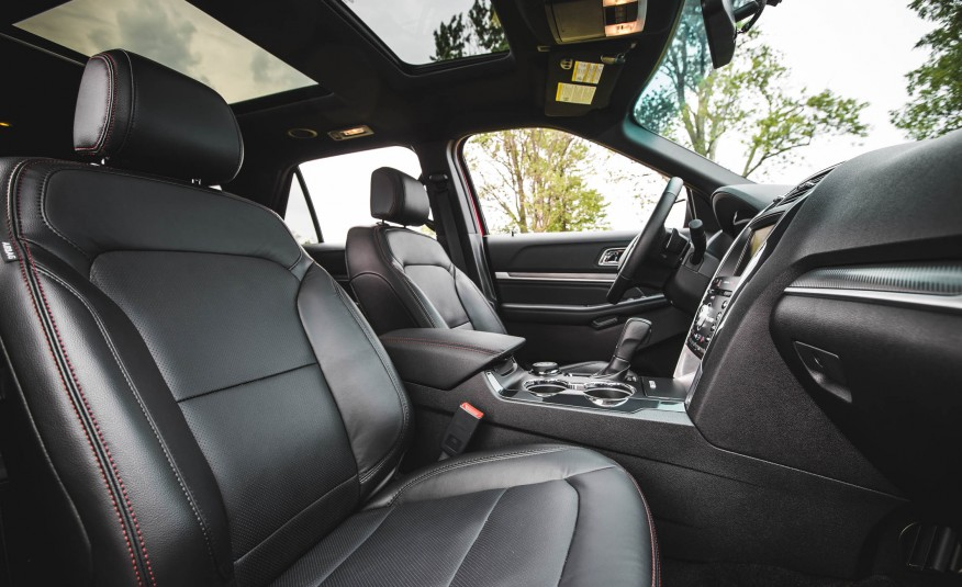 Hàng ghế đầu rộng,m có cửa sổ trời hai ngăn rất ra dáng xe để tận hưởng