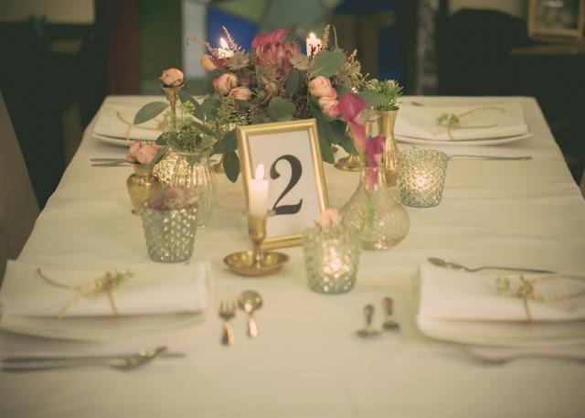 Różowe kwiaty na stołach weselnych.