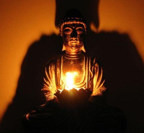 S Elle La Lampe Au Bel éclat Brille Dans Nuit Tout Comme Les Enseignements Du Bouddha Deviennent Une Lumière Ténèbres