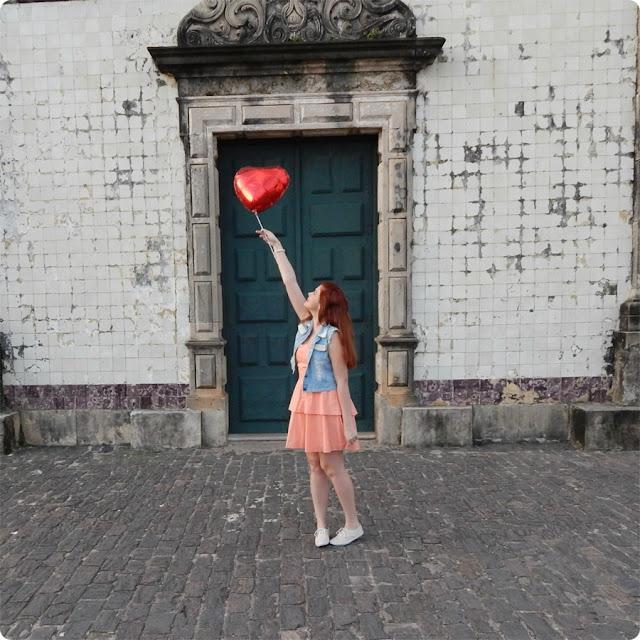 menina e balão de coração