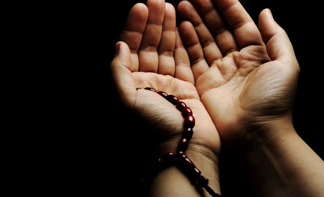 Bekerja mencari rezeki harus diiringi dengan doa minta rezeki. Islam mengajarkan bahwa rezeki sudah ditentukan untuk setiap individu manusia. Sebagai hamba, sudah kewajiban kita memintanya pada Allah SWT dengan doa minta rezeki.