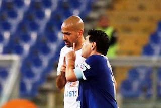 """Maradona y Verón protagonizaron una discusión en el partido """"Unidos por la Paz"""" en Italia. El enfrentamiento tiene su historia."""