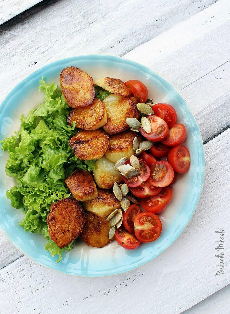 Salata cu cartofi noi, rosii si seminte de dovleac