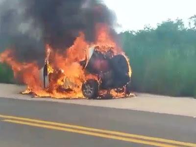 Veículo pega fogo e assusta motoristas na BR-222