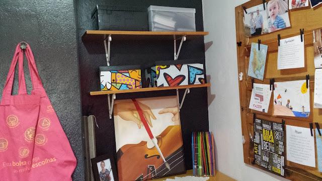 Mural de Inspirações com a cômoda e as prateleiras