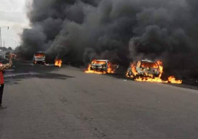 MANY DIED YESTERDAY IN LAGOS 5 VEHICLES BURNT DOWN DURING FUEL TANKER FIRE