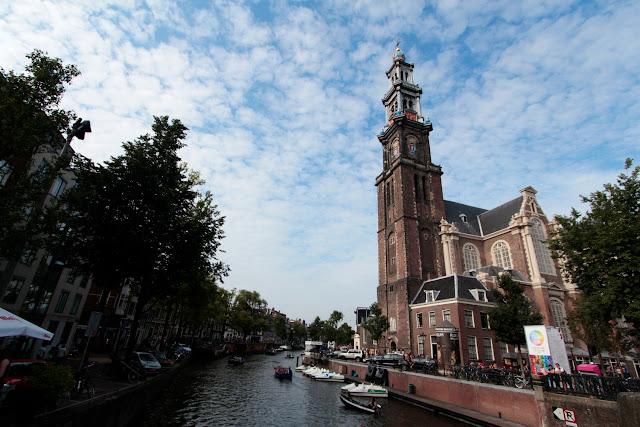Iglesia y canal de Ámsterdam