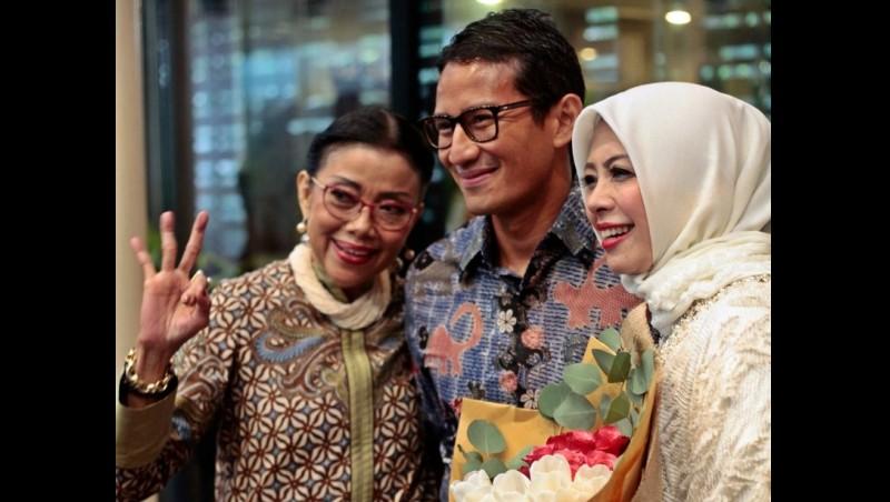 Sandiaga Uno berfoto bersama ibu dan istrinya