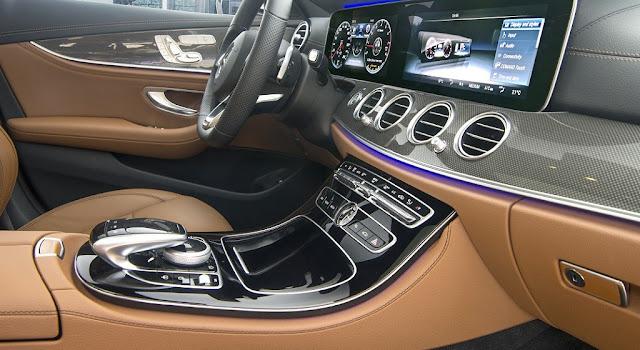 Tựa tay Mercedes E300 AMG 2017 nhập khẩu được thiết kế bắt mắt với nhiều tiện ích bên trên