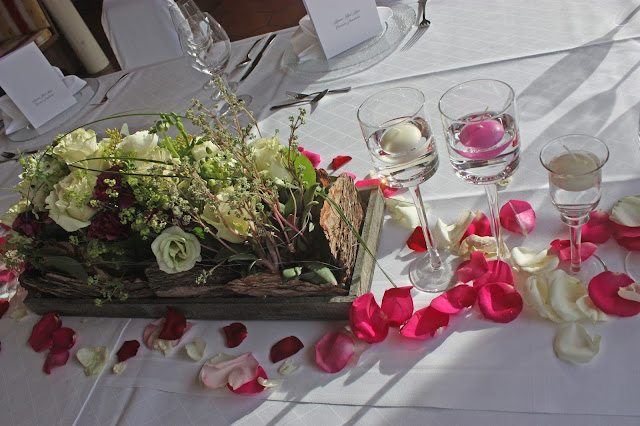 Blumenarrangement zur Hochzeit in Weiß und Beerenfarben - Center pieces berry and white with floating candles