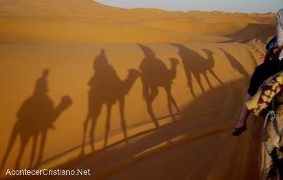 Misionero evangeliza viajando en camello
