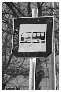 Buszmegálló összefirkált táblája Szegeden