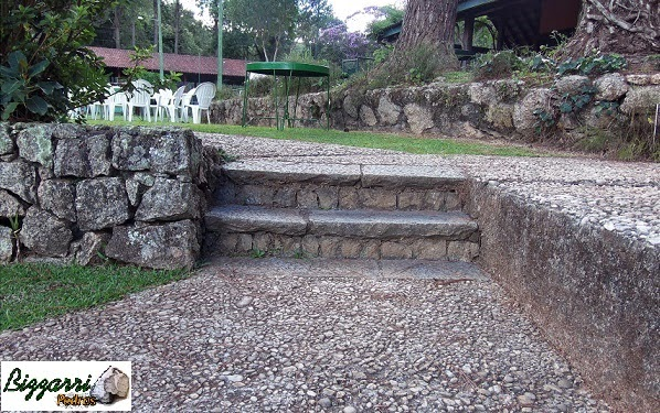Na área de lazer do Atibaia Clube da Montanha executamos vários muros de pedra rachão com o caminho de pedra e as escadas de pedra.