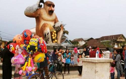 sesuai dengan namanya tempat wisata yang satu ini menampilkan 2 maskot kota banjarmasin yaitu bekantan dan juga pohon kasturi