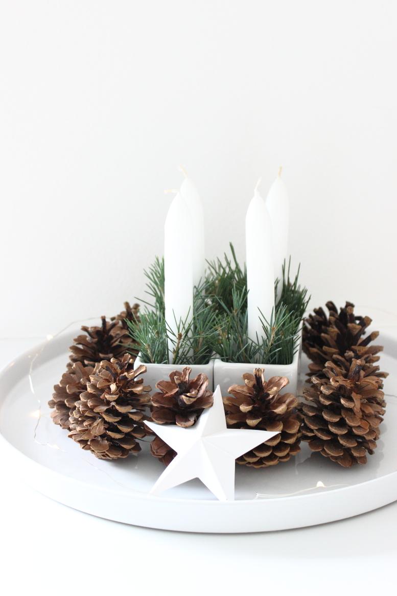 Adventskranz, weißer schlichtes Adventsgesteck, Tannenzapfen, Weihnachtsdekoration, Adventsdeko