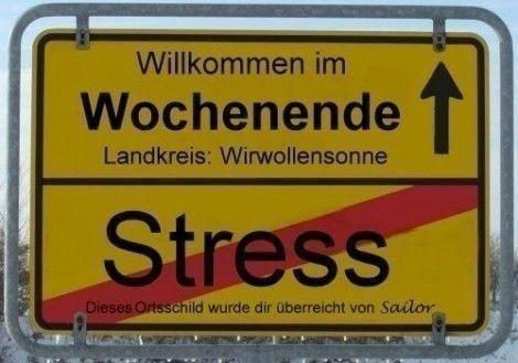 Schild mit der Aufschrift: Willkommen im Wochenende.