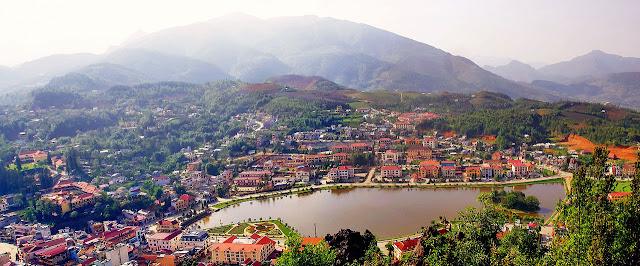 Thị Trấn Sapa nhìn từ núi Hàm Rồng