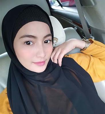 Bunga Azhari Pakai Hijab Hitam